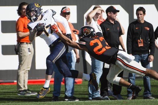Oct 20, 2018; Corvallis, OR, USA; California Golden Bears wide receiver Vic Wharton III (17) catches a pass for a first down during the first half against Oregon State Beavers cornerback Isaiah Dunn (23) at Reser Stadium. Mandatory Credit: Troy Wayrynen-USA TODAY Sports