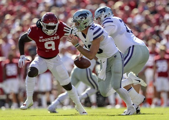Oct 27, 2018; Norman, OK, USA; Kansas State Wildcats quarterback Skylar Thompson (10) runs as Oklahoma Sooners linebacker Kenneth Murray (9) defends during the first half at Gaylord Family - Oklahoma Memorial Stadium. Mandatory Credit: Kevin Jairaj-USA TODAY Sports