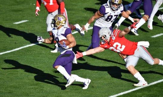 Jan 1, 2019; Pasadena, CA, USA; Washington Huskies running back Myles Gaskin (9) runs against Ohio State Buckeyes linebacker Tuf Borland (32) in the first quarter in the 2019 Rose Bowl at Rose Bowl Stadium. Mandatory Credit: Robert Hanashiro-USA TODAY Sports