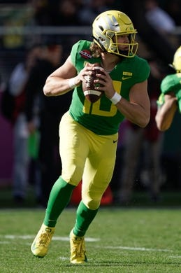 Dec 31, 2018; Santa Clara, CA, USA; Oregon Ducks quarterback Justin Herbert (10) looks to throw the football against the Michigan State Spartans during the second quarter at Levi's Stadium. Mandatory Credit: Stan Szeto-USA TODAY Sports