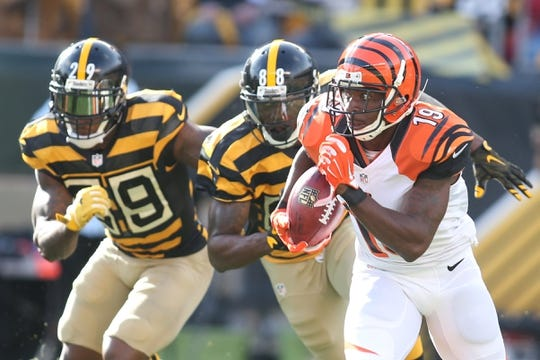 Nov 1, 2015; Pittsburgh, PA, USA; Cincinnati Bengals wide receiver Brandon Tate (19) returns a punt as Pittsburgh Steelers strong safety Shamarko Thomas (29) and wide receiver Darrius Heyward-Bey (88) chase during the second quarter at Heinz Field. Mandatory Credit: Charles LeClaire-USA TODAY Sports