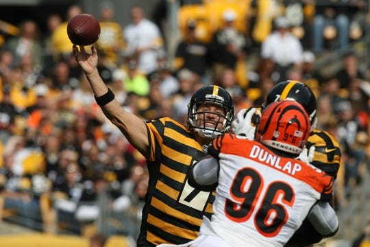 Nov 1, 2015; Pittsburgh, PA, USA; Pittsburgh Steelers quarterback Ben Roethlisberger (7) throws a pass under pressure from Cincinnati Bengals defensive end Carlos Dunlap (96) during the first half at Heinz Field. Mandatory Credit: Jason Bridge-USA TODAY Sports
