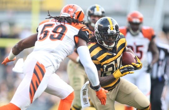 Nov 1, 2015; Pittsburgh, PA, USA; Pittsburgh Steelers running back DeAngelo Williams (34) carries the ball against Cincinnati Bengals outside linebacker Emmanuel Lamur (59) during the third quarter at Heinz Field. The Bengals won 16-10.Mandatory Credit: Charles LeClaire-USA TODAY Sports