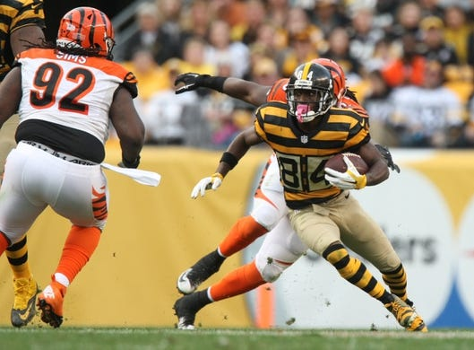 Nov 1, 2015; Pittsburgh, PA, USA; Pittsburgh Steelers wide receiver Antonio Brown (84) runs the ball against the Cincinnati Bengals during the second half at Heinz Field. The Bengals won the game 16-10. Mandatory Credit: Jason Bridge-USA TODAY Sports