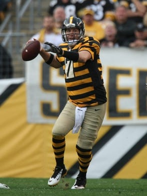 Nov 1, 2015; Pittsburgh, PA, USA; Pittsburgh Steelers quarterback Ben Roethlisberger (7) throws a pass against the Cincinnati Bengals during the second half at Heinz Field. The Bengals won the game 16-10. Mandatory Credit: Jason Bridge-USA TODAY Sports