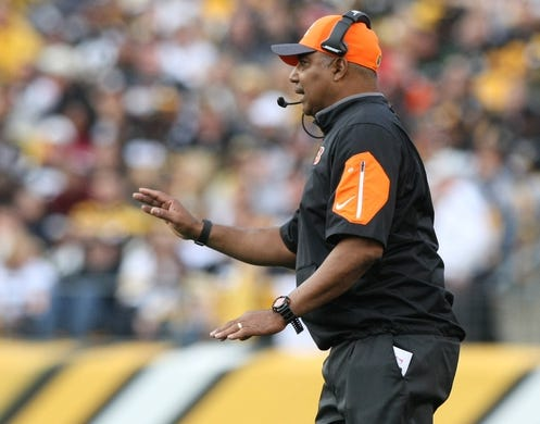 Nov 1, 2015; Pittsburgh, PA, USA; Cincinnati Bengals head coach Marvin Lewis talks to his team against the Pittsburgh Steelers during the second half at Heinz Field. The Bengals won the game 16-10. Mandatory Credit: Jason Bridge-USA TODAY Sports
