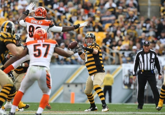 Nov 1, 2015; Pittsburgh, PA, USA; Pittsburgh Steelers quarterback Ben Roethlisberger (7) throws a pass under pressure from Cincinnati Bengals defensive end Carlos Dunlap (96) and linebacker Vincent Rey (57) during the second half at Heinz Field. The Bengals won the game 16-10. Mandatory Credit: Jason Bridge-USA TODAY Sports