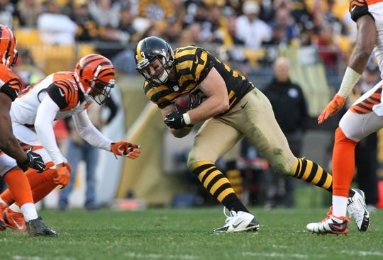 Nov 1, 2015; Pittsburgh, PA, USA; Pittsburgh Steelers tight end Heath Miller (83) runs the ball against the Cincinnati  Bengals during the second half at Heinz Field. The Bengals won the game 16-10. Mandatory Credit: Jason Bridge-USA TODAY Sports