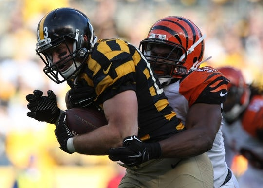 Nov 1, 2015; Pittsburgh, PA, USA; Pittsburgh Steelers tight end Heath Miller is tackled by Cincinnati Bengals linebacker Vincent Rey (57) during the first half at Heinz Field. Mandatory Credit: Jason Bridge-USA TODAY Sports