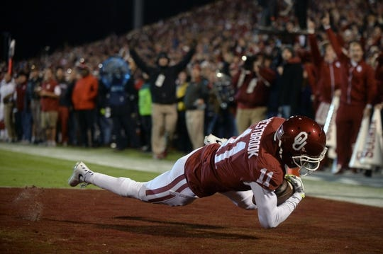 Nov 21, 2015; Norman, OK, USA; Oklahoma Sooners wide receiver Dede Westbrook (11) catches a touchdown pass against the TCU Horned Frogs during the second quarter at Gaylord Family - Oklahoma Memorial Stadium. Mandatory Credit: Mark D. Smith-USA TODAY Sports
