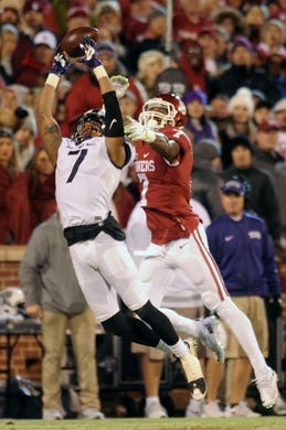 Nov 21, 2015; Norman, OK, USA; Oklahoma Sooners safety Jordan Thomas (7) breaks up a pass intended for TCU Horned Frogs wide receiver Kolby Listenbee (7) at Gaylord Family - Oklahoma Memorial Stadium. Mandatory Credit: Mark D. Smith-USA TODAY Sports