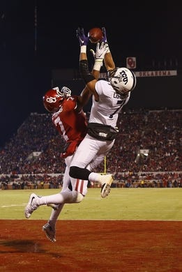 Nov 21, 2015; Norman, OK, USA; Oklahoma Sooners cornerback Jordan Thomas (7) breaks up a pass intended for TCU Horned Frogs wide receiver Kolby Listenbee (7)during the second half at Gaylord Family - Oklahoma Memorial Stadium. Mandatory Credit: Kevin Jairaj-USA TODAY Sports